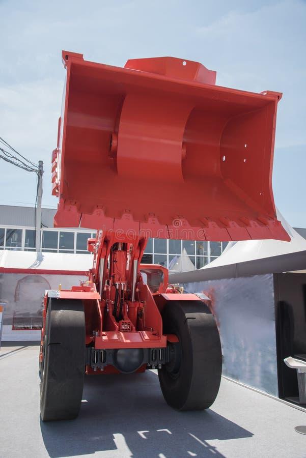Excavador o tractor grande con el cubo para la explotación del cabón o el transp fotografía de archivo libre de regalías