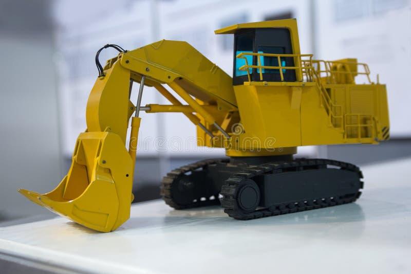 Excavador pesado modelo en la tabla foto de archivo