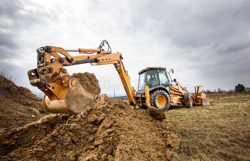 Excavador que hace terraplénes en sitio fotografía de archivo