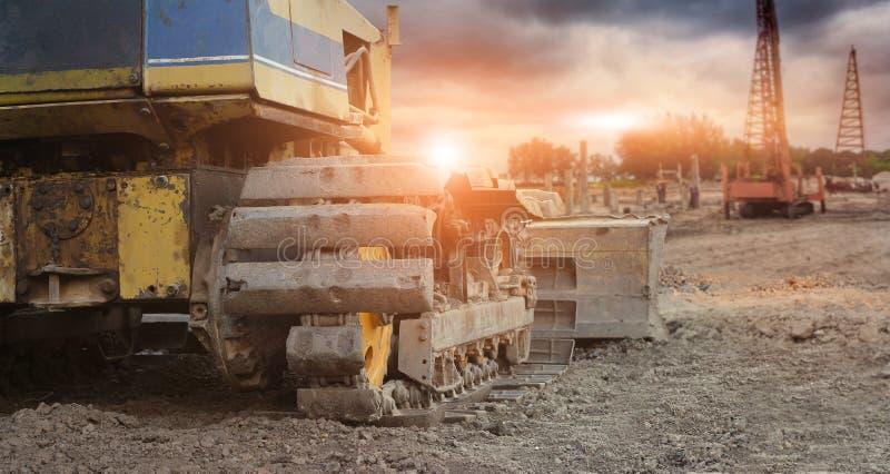 Excavador viejo con la grúa en sitio del constructruction fotografía de archivo
