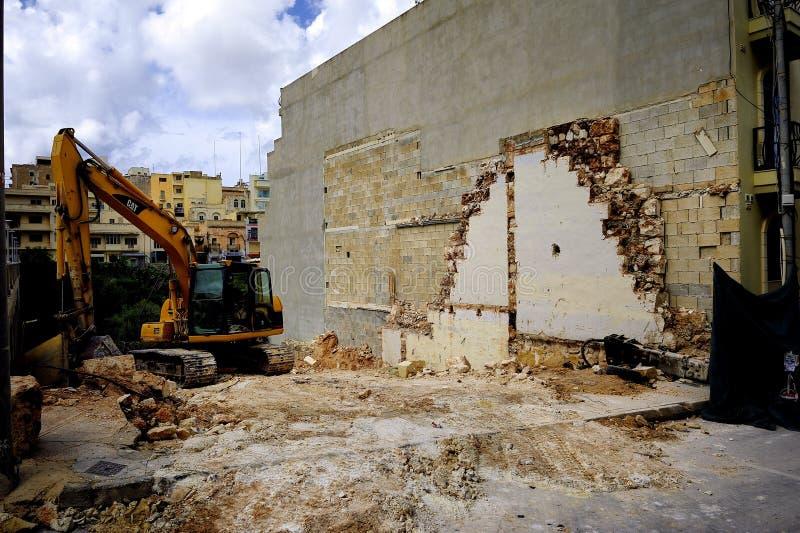 Excavador y el sitio de demolición foto de archivo