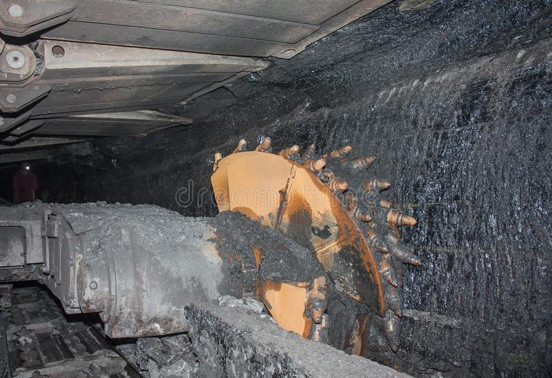 Excavador y minero de la mina de carbón bajo tierra imagen de archivo libre de regalías