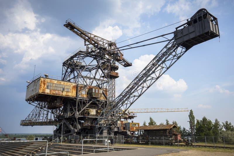 Excavadores gigantescos en la mina de carbón averiada Ferropolis, Alemania imagenes de archivo
