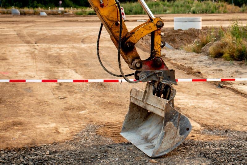 Excavaor skyffel på vägarbeten arkivfoton