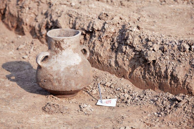 Excavations archéologiques L'objet façonné trouvé, a vieilli le pot en céramique endommagé au sol images stock