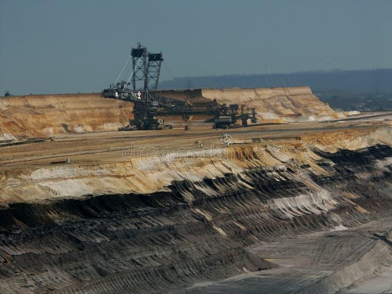 excavator da Cubeta-roda em uma mina de carvão marrom imagens de stock