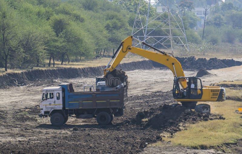 Excavatrice Backhoe Digger et camion de déchargeur photos stock