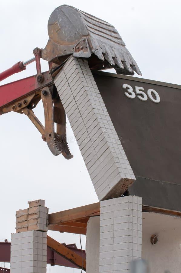 Excavatrice d'épave à la démolition de travail photos stock