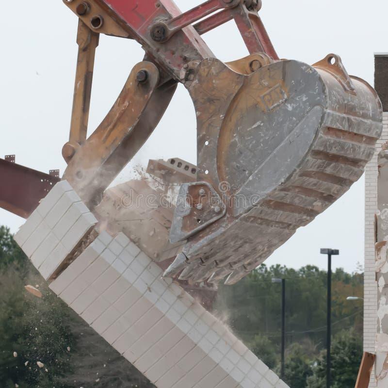 Excavatrice d'épave à la démolition de travail images libres de droits