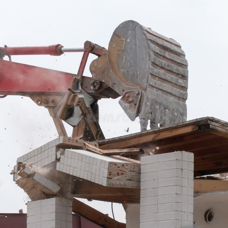 Excavatrice d'épave à la démolition de travail images stock
