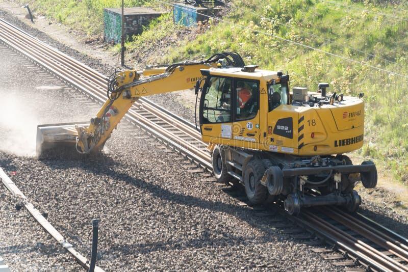 Excavatrice de rail de route de Liebherr images libres de droits