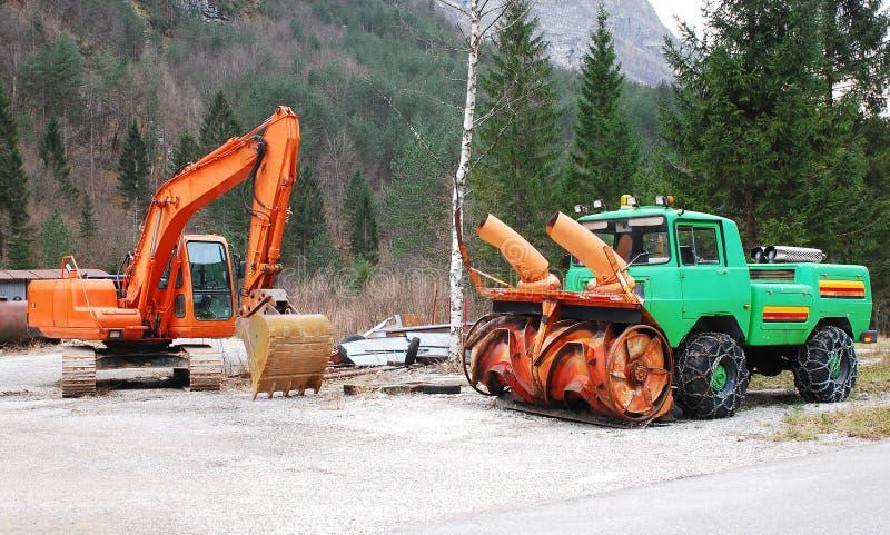 Excavatrice et véhicule de déblaiement de neige image stock