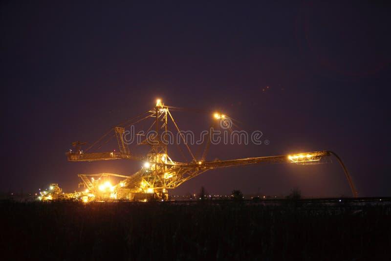 Excavatrice géante dans une soirée d'exploitation à ciel ouvert de charbon photo stock
