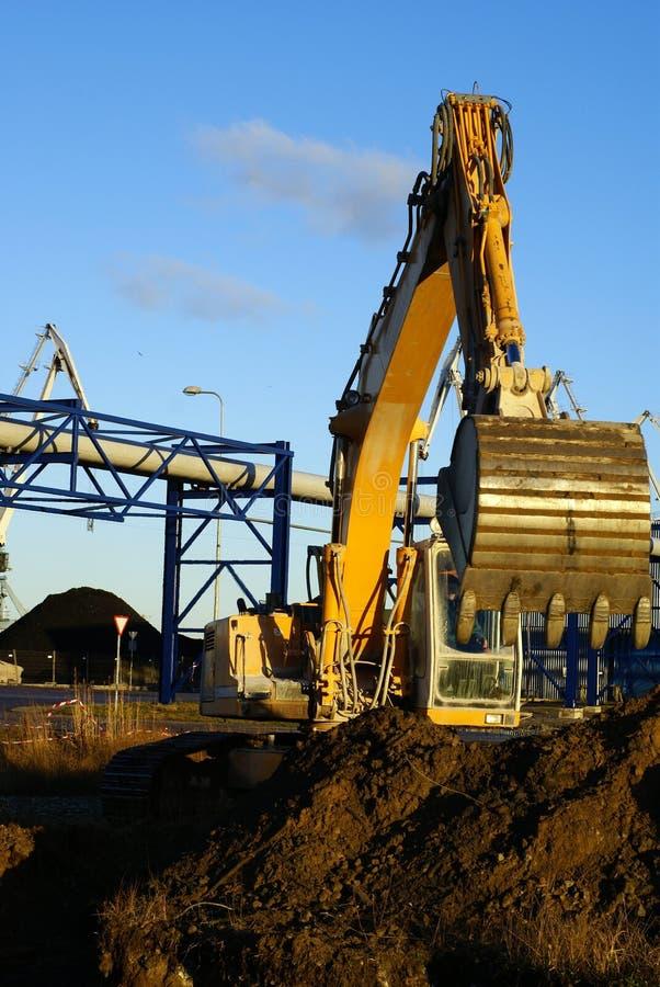 Excavatrice hydraulique au travail images libres de droits