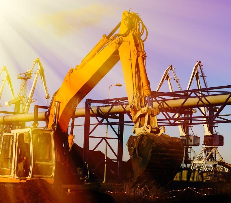 Excavatrice hydraulique au travail Position de pelle contre le ciel bleu photographie stock