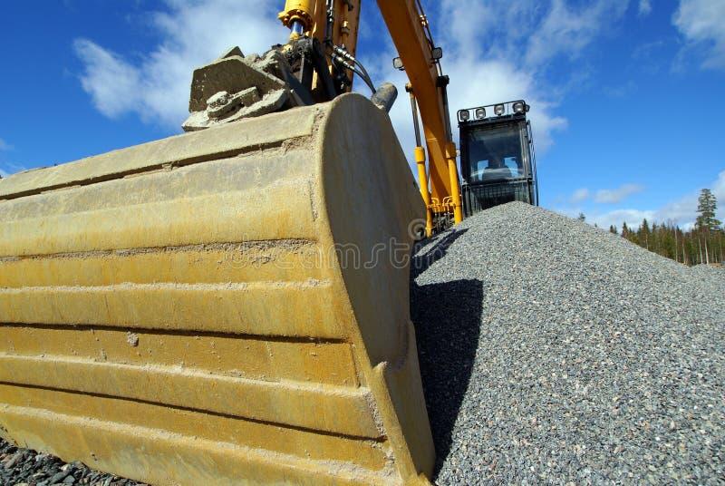 Excavatrice hydraulique contre le ciel bleu photo libre de droits