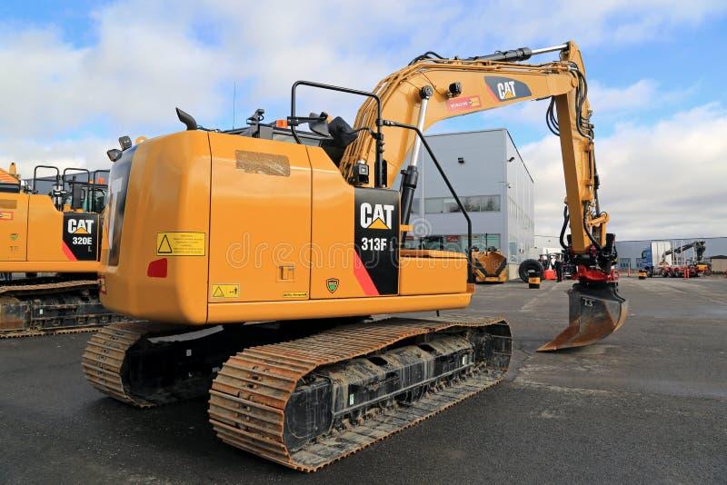 Excavatrice hydraulique du chat 318FL sur une cour photo stock