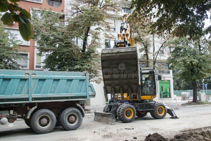 Excavatrice, l'hydraulique, pneus, vis photographie stock libre de droits