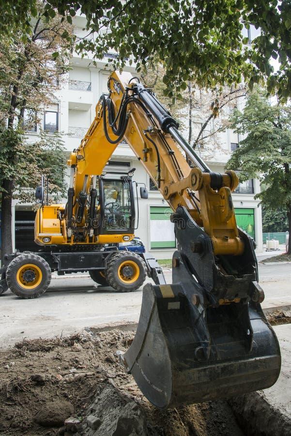 Excavatrice, l'hydraulique, pneus, vis photos libres de droits