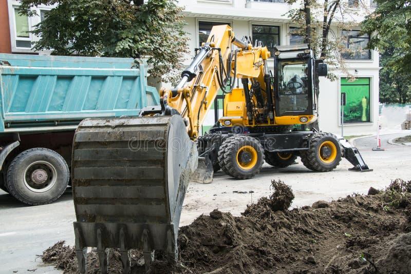 Excavatrice, l'hydraulique, pneus, vis images libres de droits