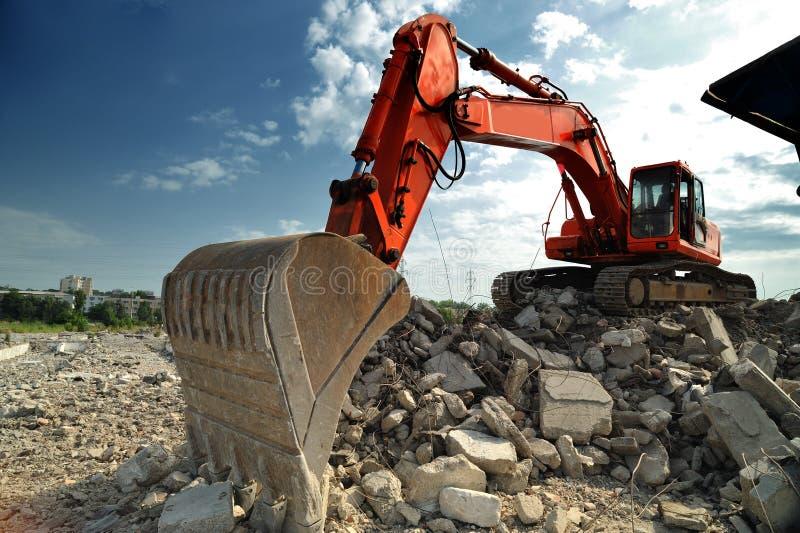 Excavatrice orange sur le site image libre de droits