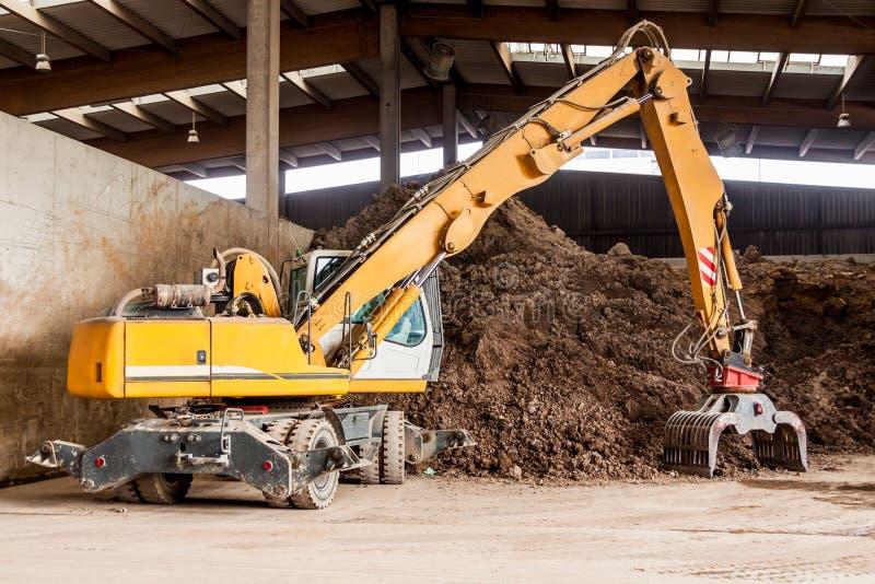 Excavatrice résistante faisant le déplacement de la terre photo libre de droits