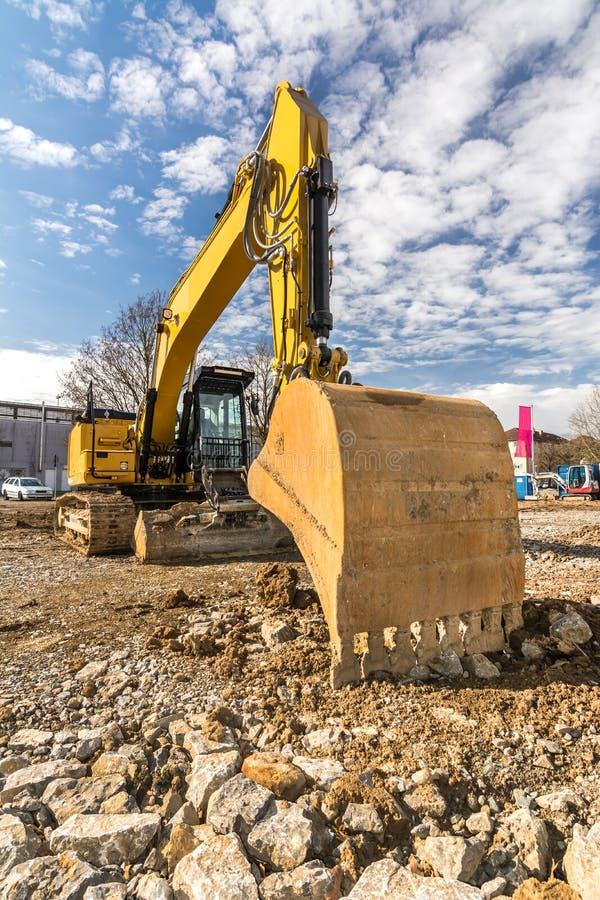 Excavatrice sur terrain difficile images libres de droits