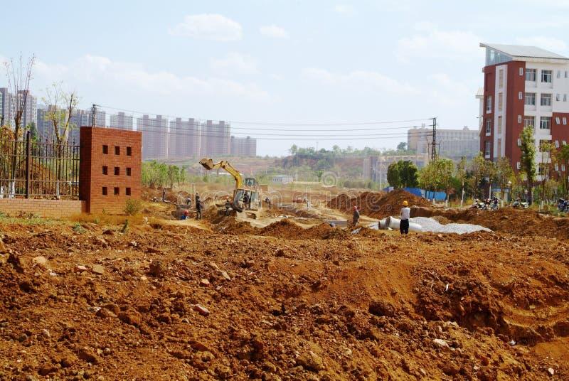 Excavatrice sur un chantier de construction images stock