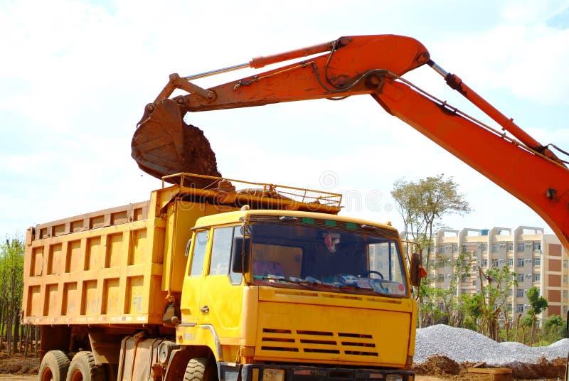 Excavatrice sur un chantier de construction images libres de droits