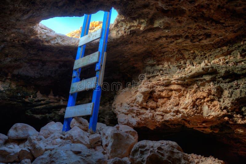 Excave la entrada del agujero con la escalera en el cabo de Barbaria imagen de archivo libre de regalías