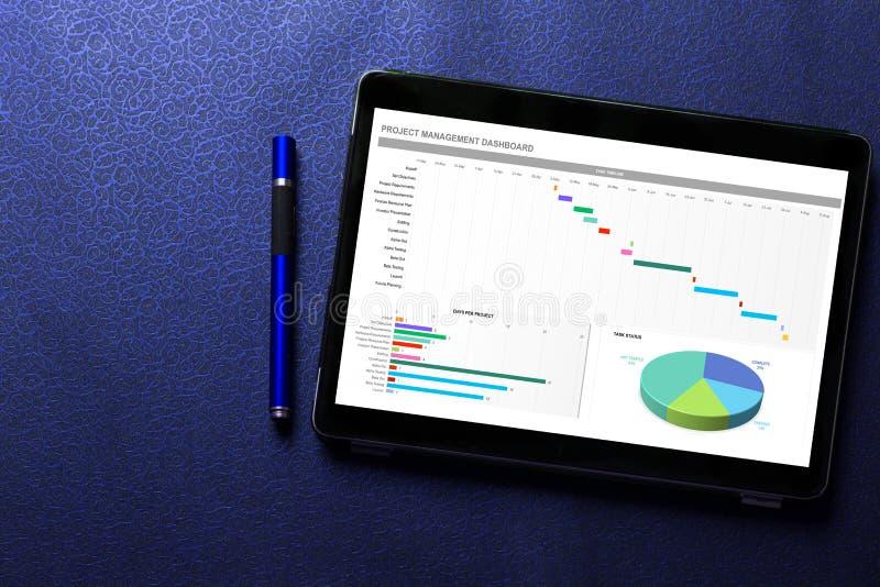 Excel-Projektarmaturenbrettkonzept auf Tablettenschirm mit blauem Stift auf blauem Muster stockbild