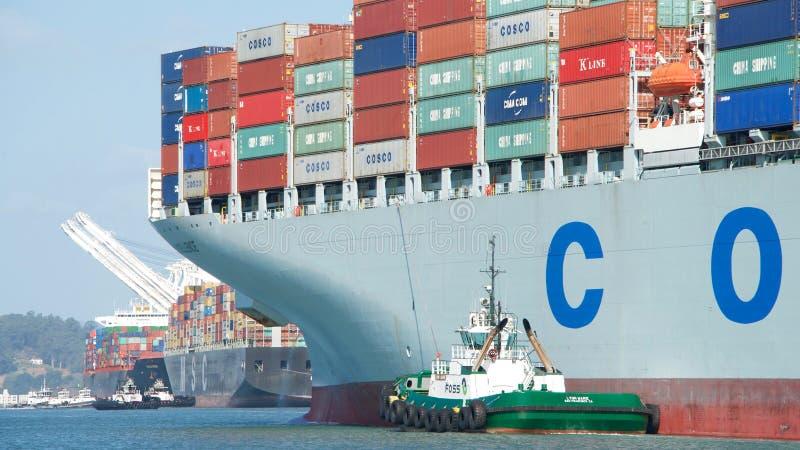 EXCELENCIA del buque de carga COSCO que sale el puerto de Oakland imagenes de archivo