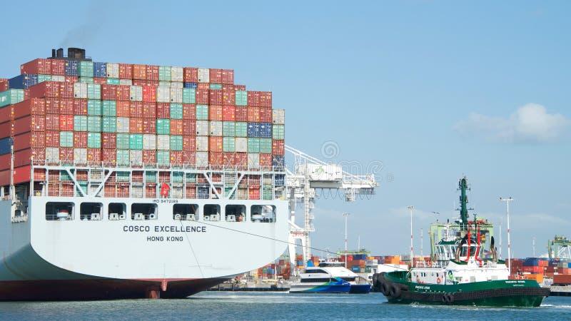 EXCELENCIA del buque de carga COSCO que sale el puerto de Oakland fotos de archivo