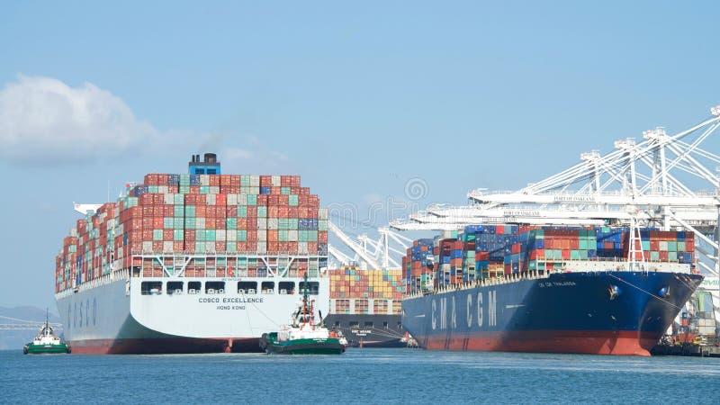 EXCELENCIA del buque de carga COSCO que sale el puerto de Oakland fotos de archivo libres de regalías