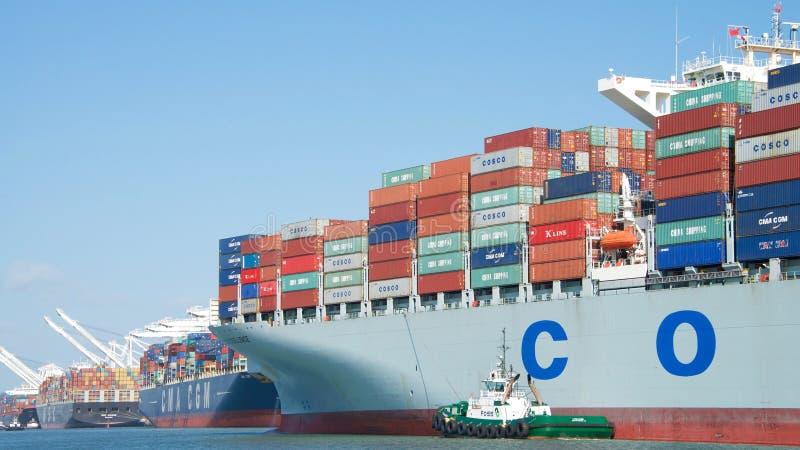 EXCELENCIA del buque de carga COSCO que sale el puerto de Oakland imagen de archivo