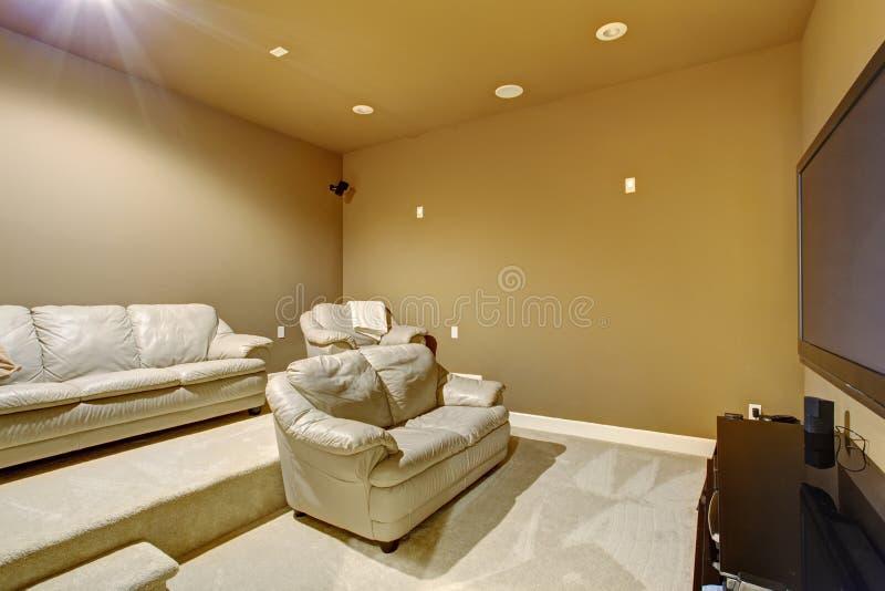 Excellent home cinéma avec les sofas en cuir intéressants image libre de droits