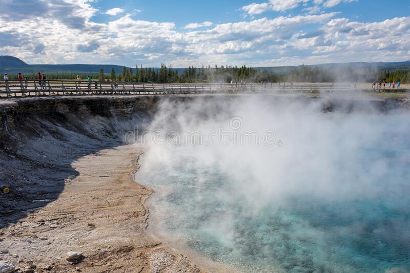 Excelsior Geyser Crater, gelegen naast Grand Prismatic Spring in Yellowstone National Park Wyoming USA royalty-vrije stock foto's