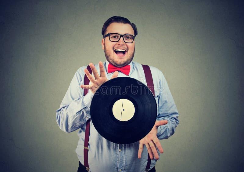 Excentrisk man som är upphetsad med vinylskivan fotografering för bildbyråer