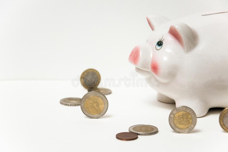 Excepto o dinheiro Porco do mealheiro em um fundo branco Moedas em um fundo branco invista economias Mercado de moeda Salvar econ fotografia de stock