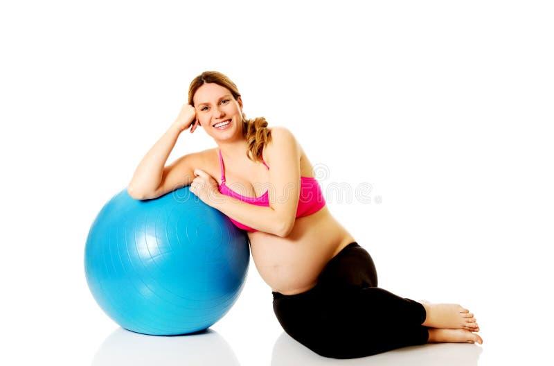 Excercises de femme enceinte de jeunes avec la boule gymnastique photos libres de droits