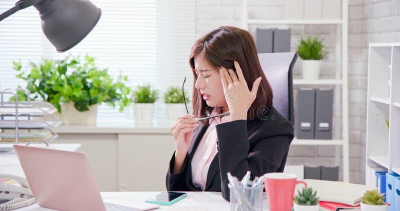 Excesso de trabalho da mulher de negócios de Ásia fotografia de stock