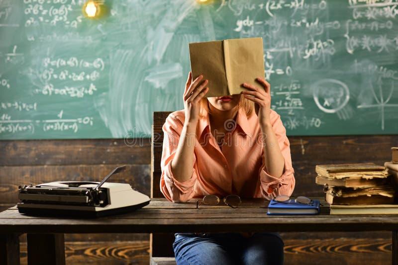 Excesso de trabalho do livro de leitura do professor na sala de aula Conceito do excesso de trabalho e do esforço, espaço da cópi imagens de stock