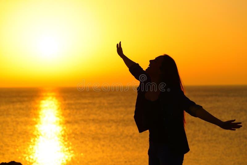 Excirted dziewczyny rozciągania ręki przy zmierzch odświętności sukcesem obrazy stock