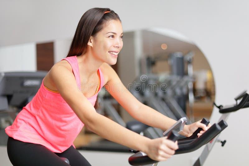 Excision de femme de forme physique de vélo d'exercice photo stock