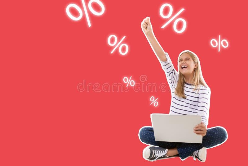 excitó a la muchacha adolescente que se sentaba con el ordenador portátil que celebraba éxito con el brazo aumentado, aisl stock de ilustración