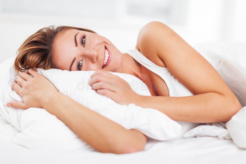 Excitação da jovem mulher após o sono no branco imagem de stock