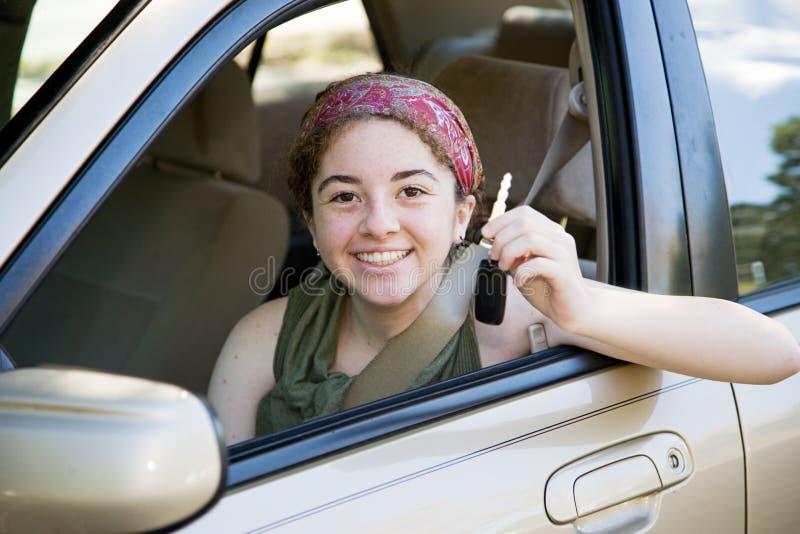 Excitador adolescente com chaves do carro foto de stock