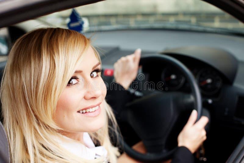 Excitador da mulher no veículo da condução à direita imagens de stock