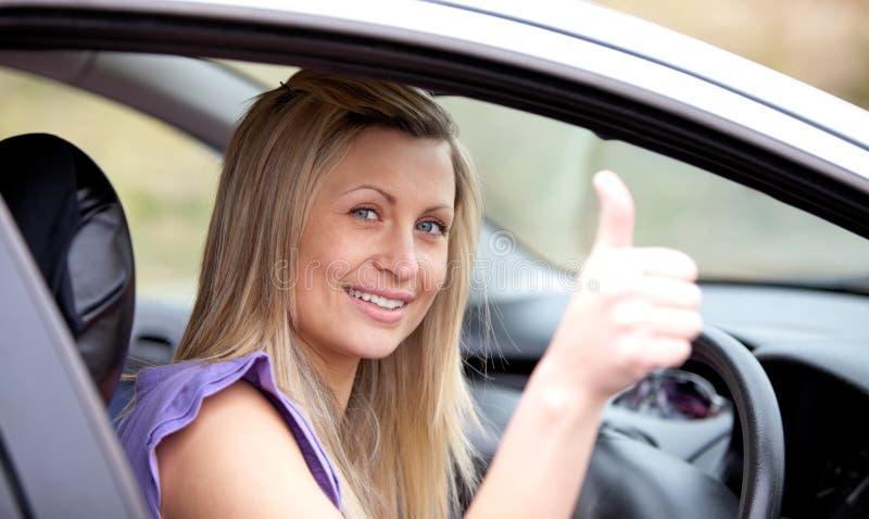 Excitador fêmea de sorriso com polegar acima fotografia de stock