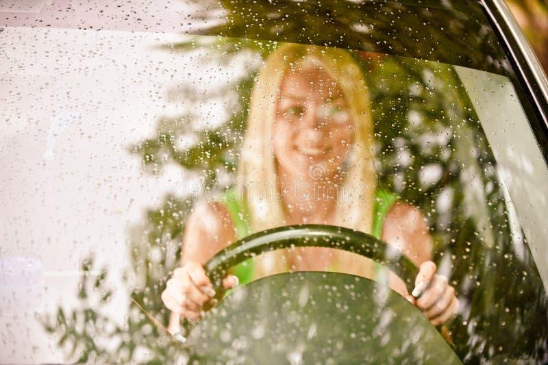 Excitador-mulher do carro na roda fotos de stock royalty free